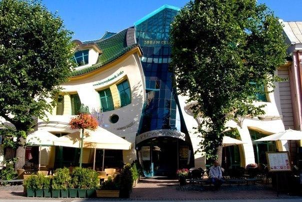 Необычные здания Кривой дом, Сопот, Польша.
