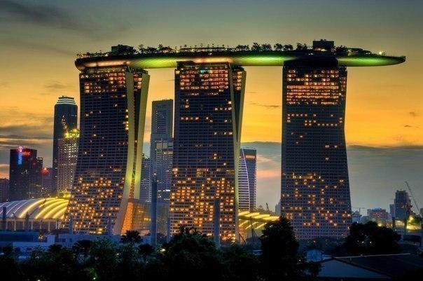 Необычные здания Отель - Marina Bay Sands в Сингапуре.
