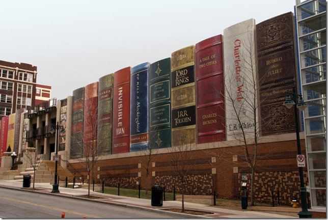 Необычные здания Центральная библиотека в Канзасе. Штат Миссури, США.